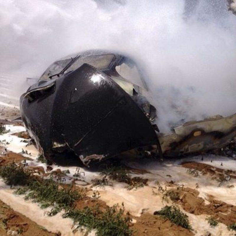 El avión consiguió aterrizar de emergencia, pero chocó con una torre de alta tensión. Foto:AFP