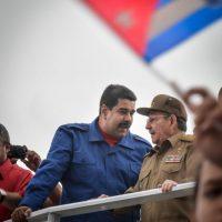 Nicolás Maduro y Raúl Castro juntos en la celebración del pasado primero de mayo. Foto:AFP