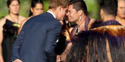 """En el lugar saludó a líderes indígenas maoríes con el """"hongi"""", un saludo tradicional que consiste en juntar las manos y apretarse la nariz. Foto:Getty Images"""