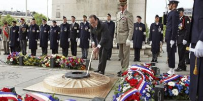 En Francia, el presidente François Hollande coloco una ofrnda floran a la tumba de un soldado desconocido. Foto:AFP