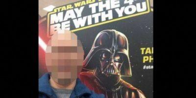 Una mujer avergonzó a hombre en su cuenta de Facebook, asegurando que este le estaba tomando fotos a sus hijos, cuando él solo quería tomarse una foto con Darth Vader Foto:Facebook