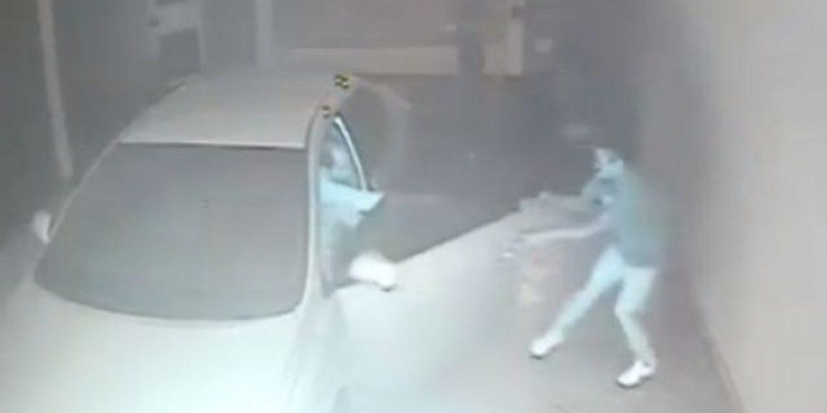 VIDEO. Piloto repele ataque de roba carros y sale ileso
