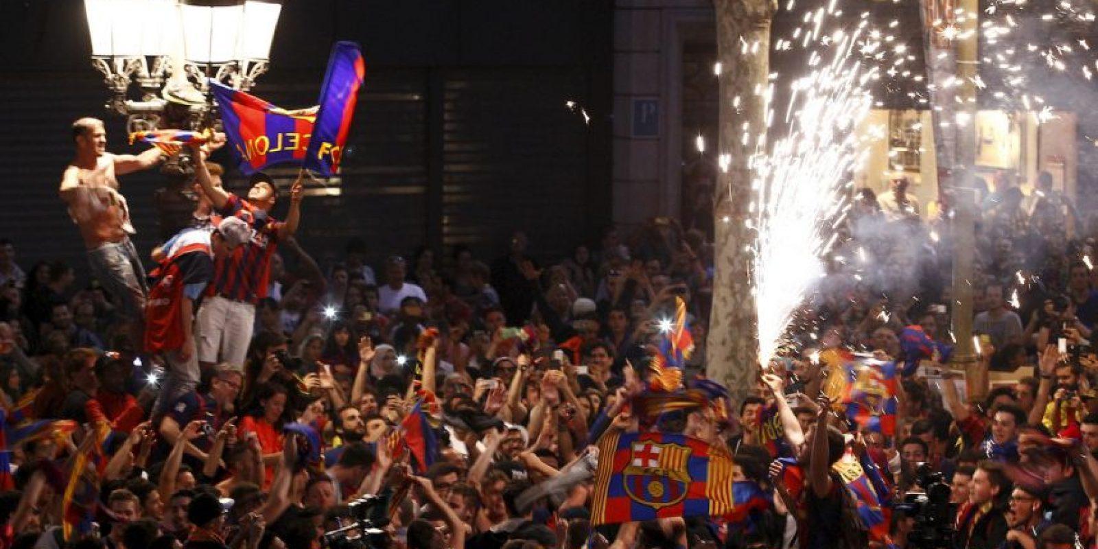 Celebración de fanáticos del FC Barcelona Foto:AFP