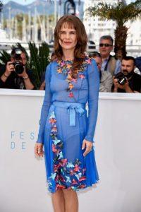 Y no en forma de editorial de moda, donde hay prendas especiales para un vestido así. Foto:vía Getty Images