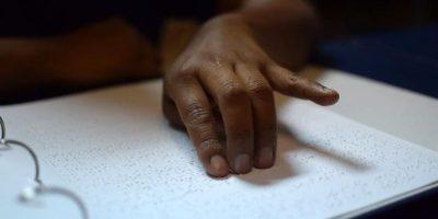 Donan la primera Biblia en sistema braille a la Biblioteca Nacional