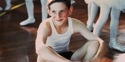 Él era el jovencito de un pueblo minero, en plena huelga contra el gobierno de Margaret Thatcher, que quería ser bailarín de ballet. Foto:vía BBC Films