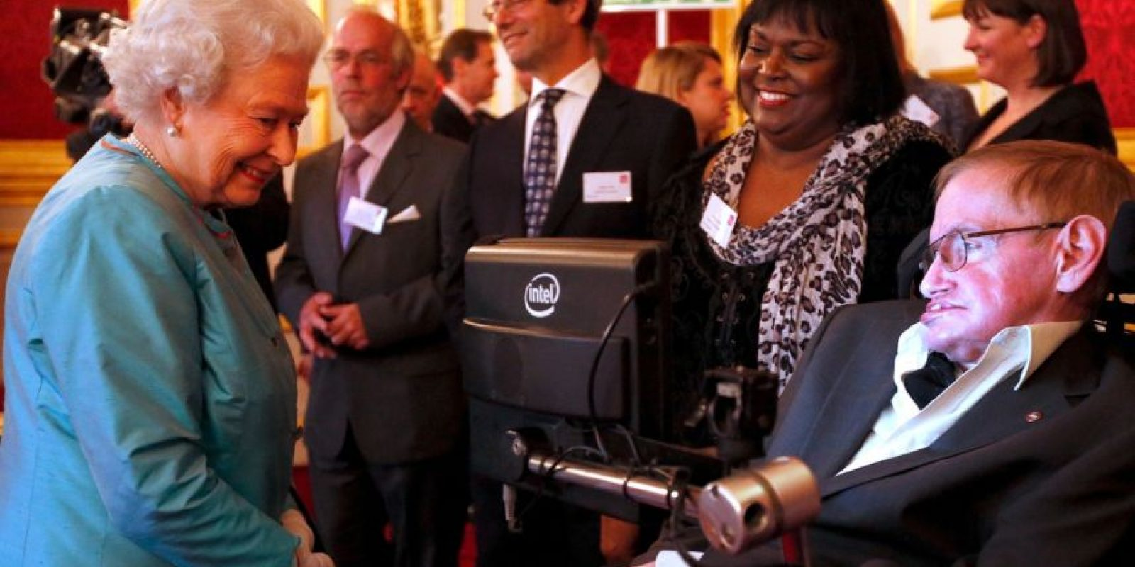 De acuerdo a Hawking, las máquinas podrían rediseñarse por sí mismas y volverse peligrosas Foto:Getty Images