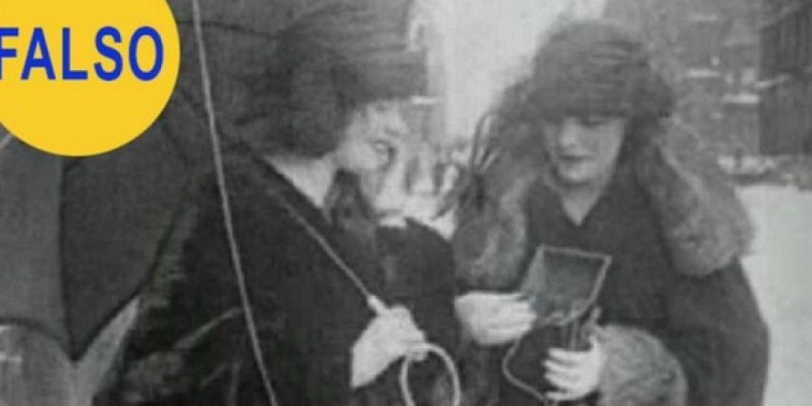 El téléfono móvil de 1922: Esta imagen corresponde a un video en el que se muestra a dos mujeres utilizando un supuesto teléfono móvil muchos años antes de que lo inventaran. En realidad es un aparato portátil de radio. Foto:Flickr – Archivo