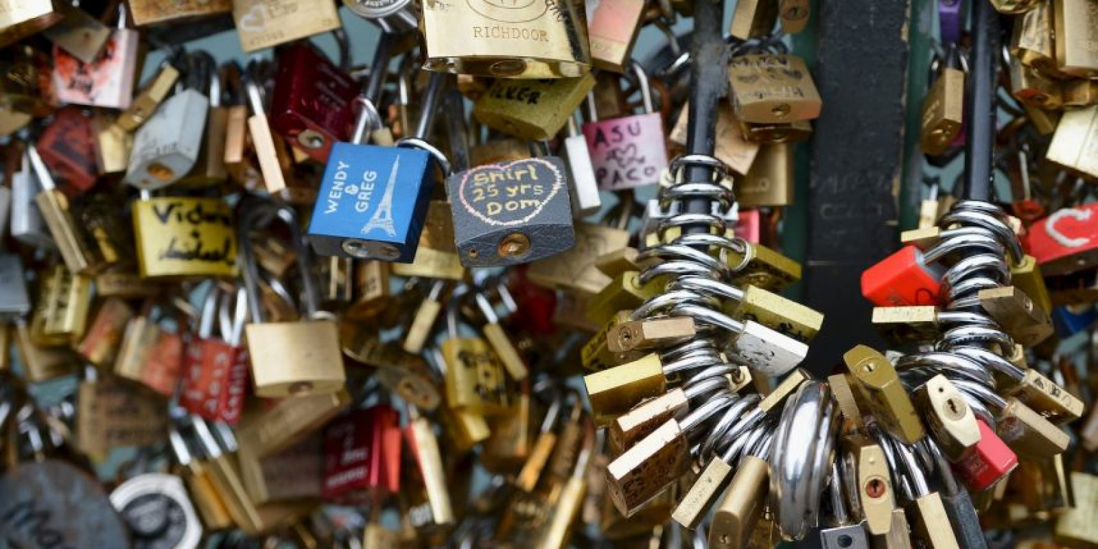 """El gobierno de París ha ordenado la retirada definitiva de los """"candados del amor"""". Foto:Getty Images"""