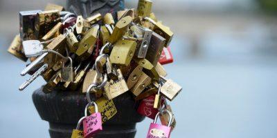 La ciudad finalmente reemplazar los paneles de parrilla en el Pont des Arts con paneles de vidrio donde colocar candados será imposible. Foto:Getty Images