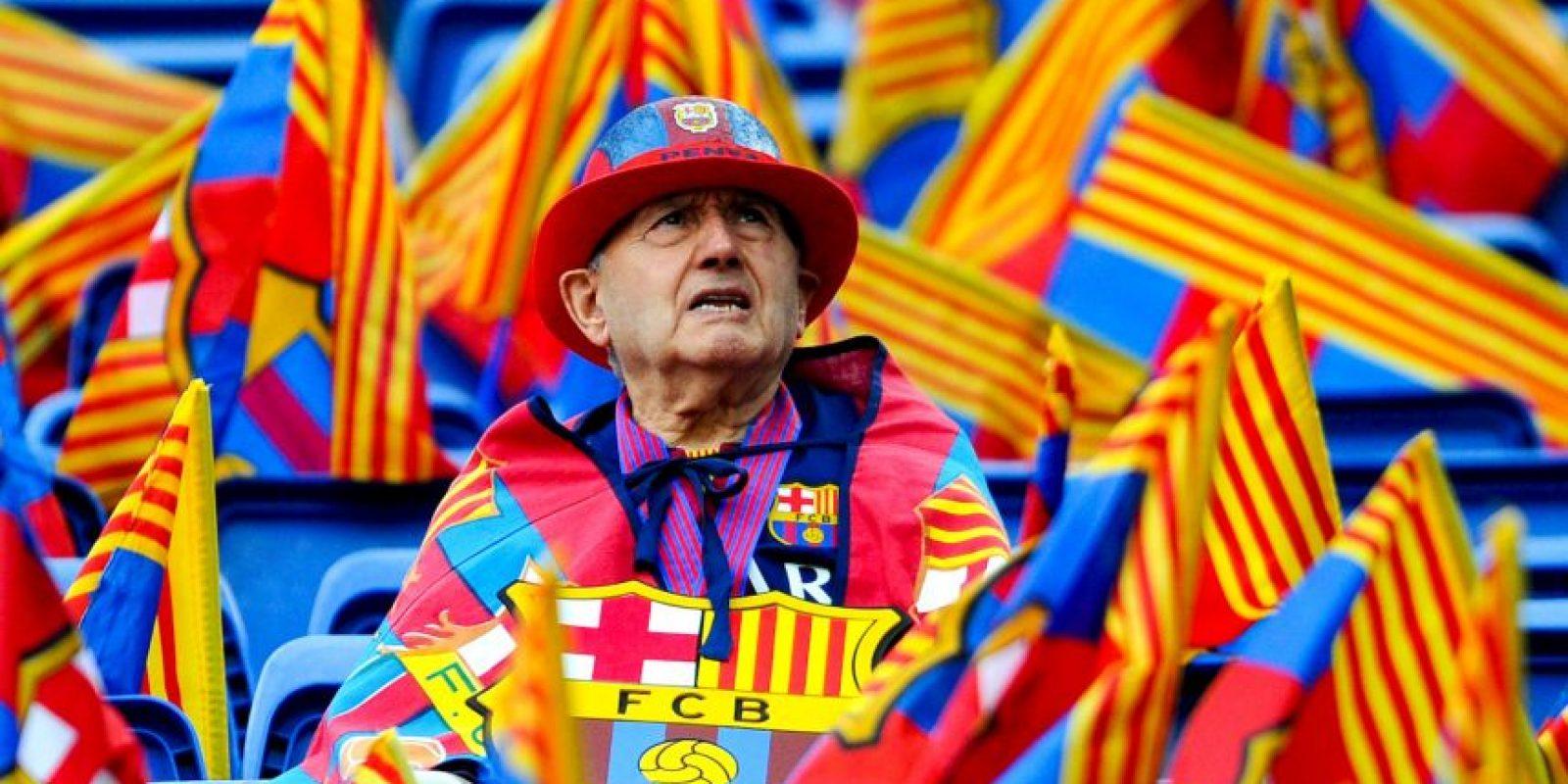 ¡Bella postal! Este aficionado entre banderas de su equipo y su región. Foto:Getty Images