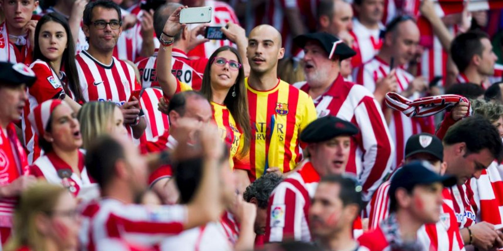 ¡Atrevidos! Dos aficionados del Barça entre los hinchas del Athletic. Foto:Getty Images