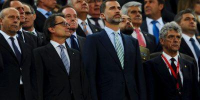 El rey Felipe VI de España estuvo presente en el Camp Nou y tuvo que aguantar los pitidos al Himno de España. Foto:Getty Images