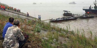 Más de 110 botes, seis helicópteros y 180 buzos de la marina China están buscando sobrevivientes. Foto:AFP