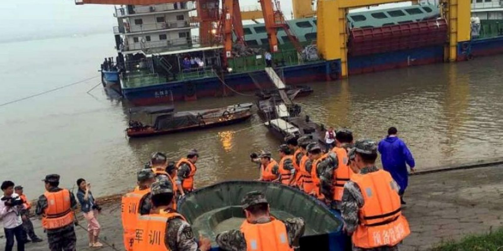 Las acciones de rescate duraran toda la noche. Foto:AFP