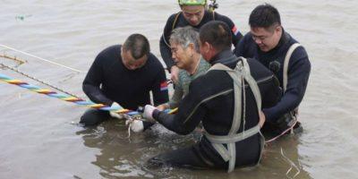 Rescatan a 14 personas de las 456 que naufragaron en China