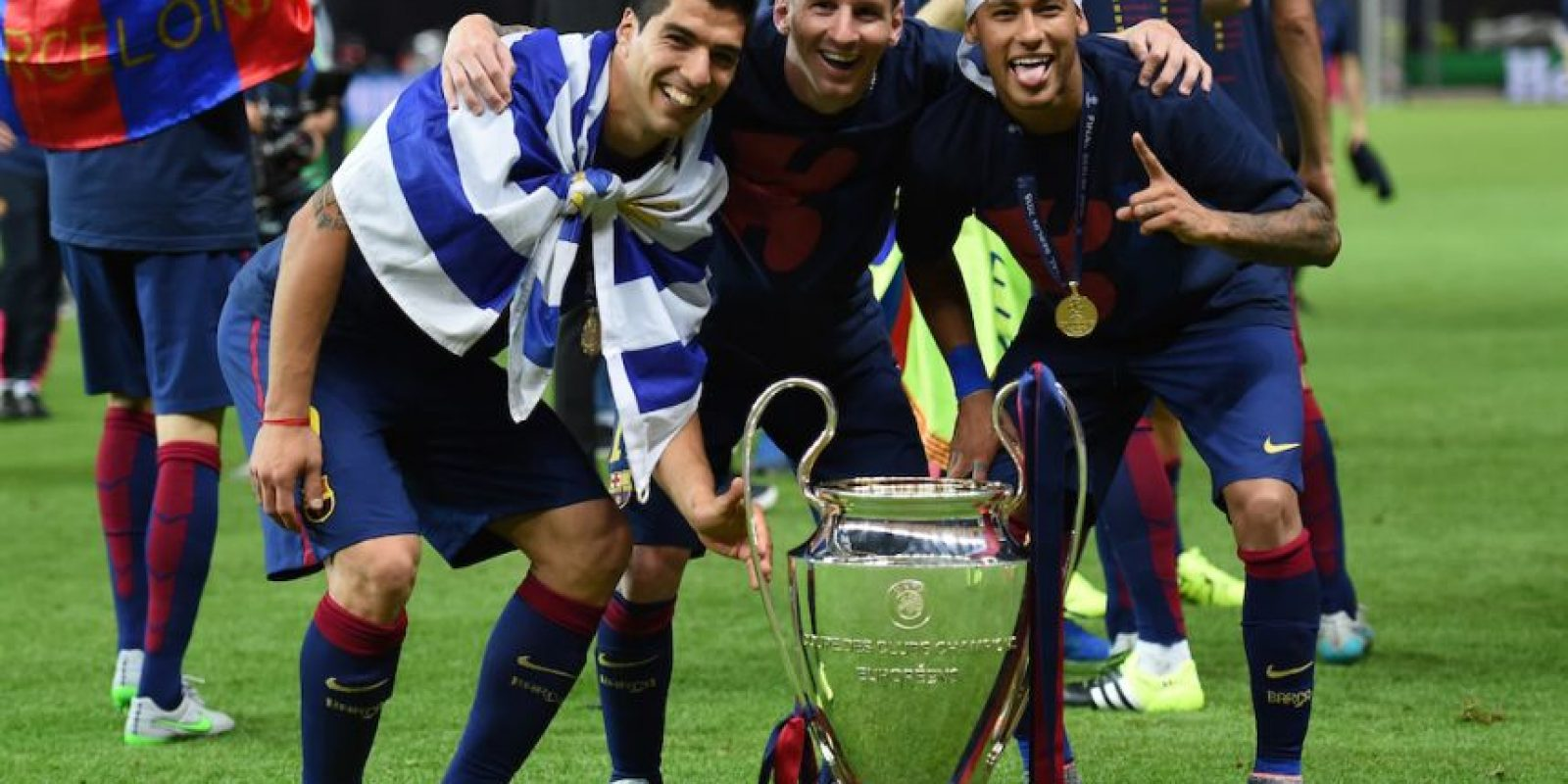"El tridente ""MSN"" juntio al trofeo Foto: Getty Images"