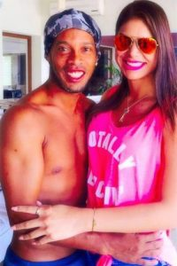 """Ella ha posteado imágenes con """"Dinho"""" en sus redes sociales Foto:Vía twitter.com/paO_salcedo"""