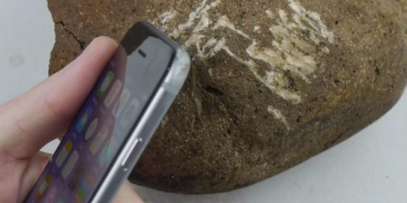 Con una roca. Foto:TechRax