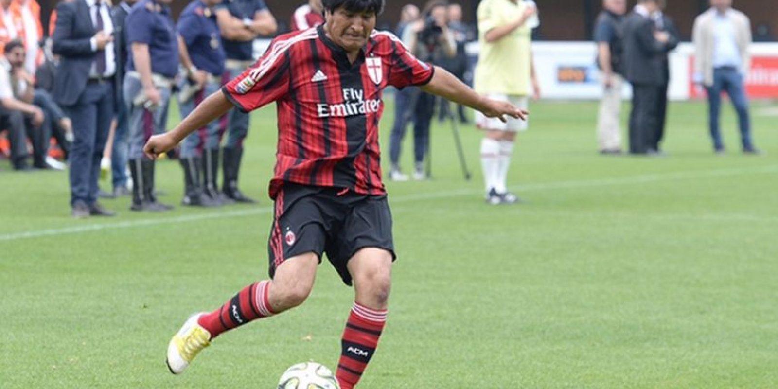 Evo Morales con la camiseta del AC Milán. Foto:twitter.com/acmilan
