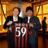Baresi entrega la camiseta del AC Milán a Evo Morales. Foto:twitter.com/acmilan
