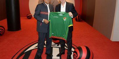 Baresi recibió la camiseta de Bolivia. Foto:twitter.com/acmilan