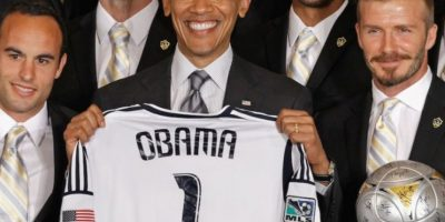 Barack Obama, presidente de Estados Unidos, escoltado por Landon Donovan y David Beckham. Foto:Getty Images