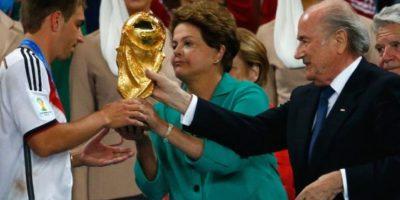 Dilma Rousseff, presidenta de Brasil, entregando el trofeo de Campeón del Mundo a la Selección alemana durante el pasado Mundial. Foto:Getty Images