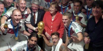 Angela Merkel, canciller alemana, festejando con su Selección nacional la obtención de la Copa del Mundo 2014. Foto:twitter.com/DFB_Team_EN