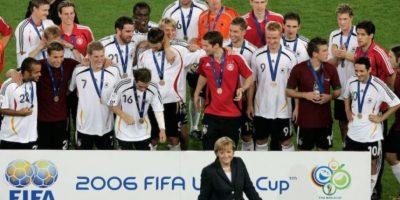 Angela Merkel en la ceremonia de entrega de medallas al tercer lugar de la Copa del Mundo Alemania 2006. Foto:Getty Images