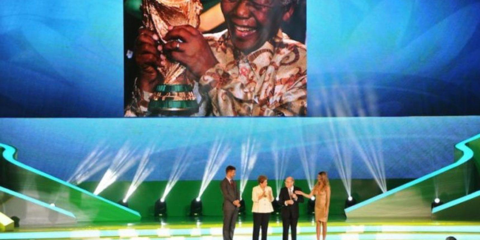 Nelson Mandela, expresidente de Sudáfrica, tocó la Copa del Mundo. Foto:Getty Images