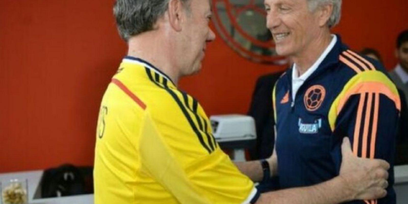 Previo a Brasil 2014, Santos recibió a la Selección nacional y saludó al director técnico José Néstor Pékerman. Foto:twitter.com/JuanManSantos