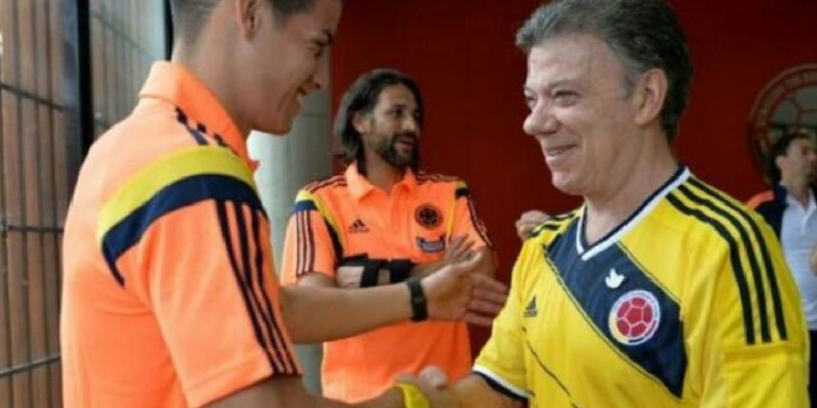Juan Manuel Santos junto al futbolista James Rodríguez. Foto:twitter.com/JuanManSantos