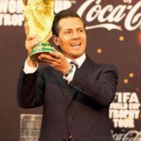 Enrique Peña Nieto, presidente de México, cargando la Copa del Mundo de la FIFA. Foto:twitter.com/EPN