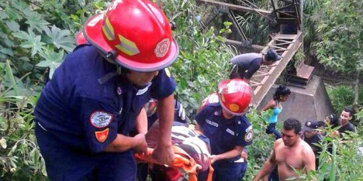 Rescatan con vida a menor que fue lanzado del puente Belice