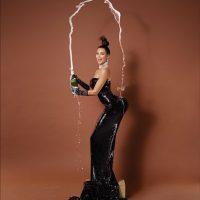 6.- Kim Kardashian balanceando una copa en su derrière Foto:Paper Magazine