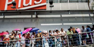 Uno de los principales problemas reside en que tanto el pollo como la carne de vacuno han desaparecido de los estantes de los supermercados privados. Foto:AFP
