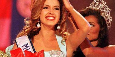 Ex Miss Universo sorprende con un escote que dejó escapar sus encantos