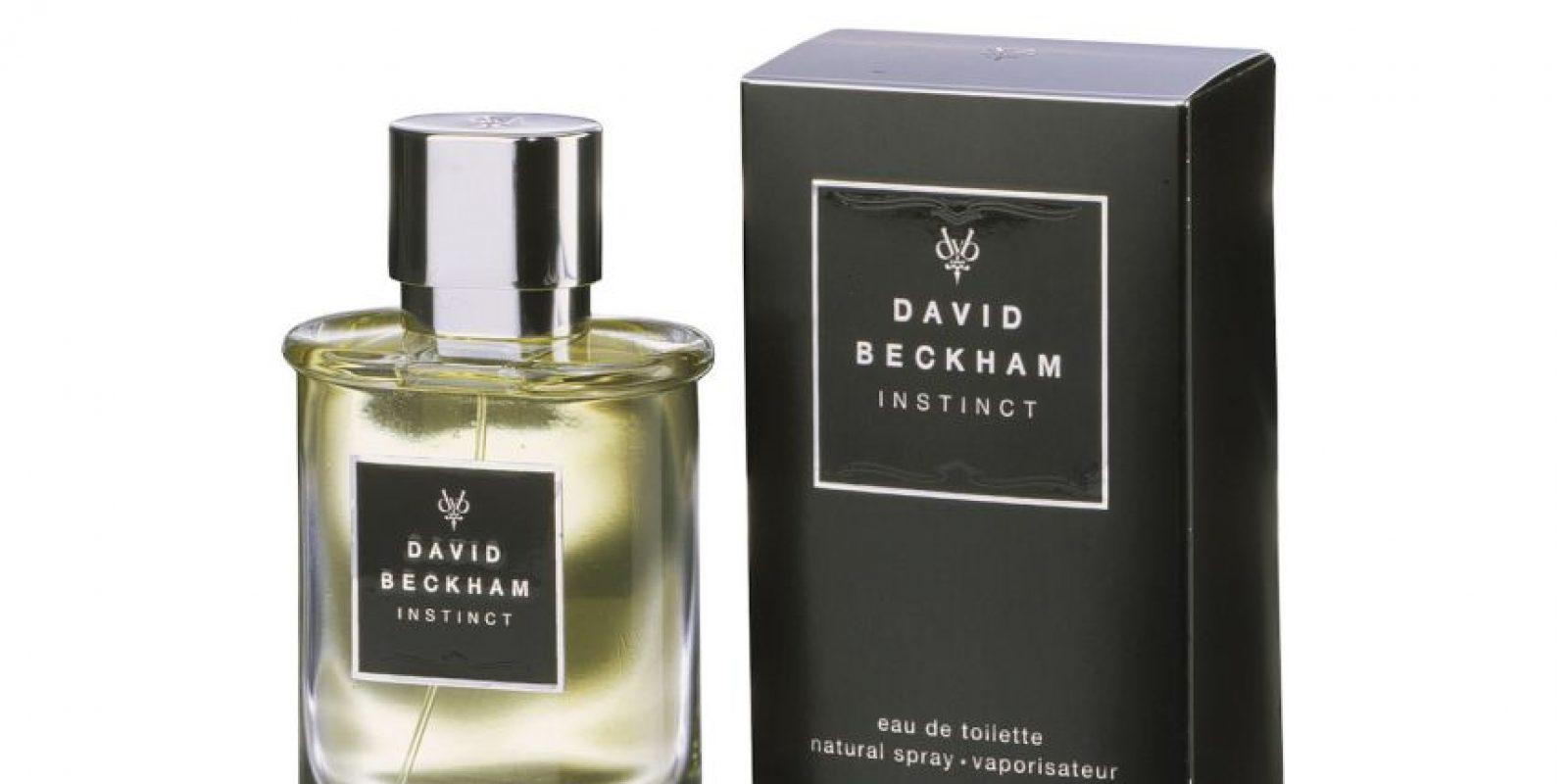 """Naturalmente, el ícono del fútbol y la moda no podía quedarse sin su perfume. En 2005, David Beckham, en coordinación con su esposa Victoria, lanzó """"Instict"""" para hombres. Foto:http://www.fragrantica.es"""