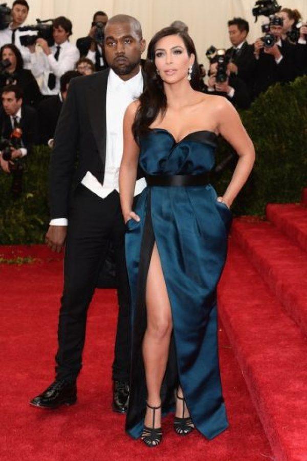 Kim mostrando sus tonificadas pienas con este vestido strappler azul Foto:Getty Images
