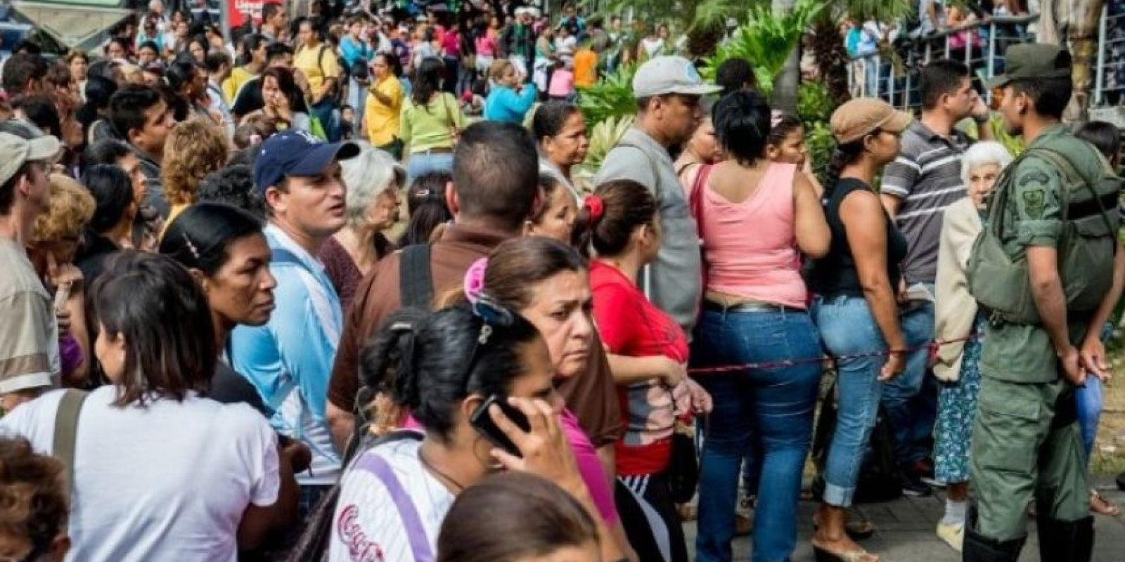 Se han tenido que enfrentar a problemas como el racionamiento de los productos básicos, lo que ha provocado batallas campales. Esto fue lo que sucedió en San Antonio, en el estado de Miranda, en Venezuela. Foto:Getty Images