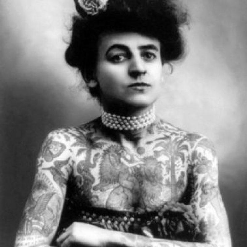 """Todo tiene una explicación: """"La tinta de los tatuajes en ocasiones se absorbe por las células del sistema linfático, esto la emigra hacia los ganglios linfáticos"""" mencionó el cirujano Ramez Eskander a """"Wowktv"""". Foto:Tumblr.com/Tagged-tatuaje"""