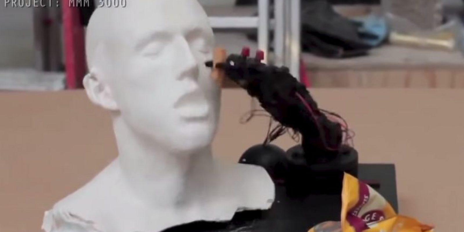 Este brazo robótico no atina a la boca del modelo Foto:Youtube/Master Haku
