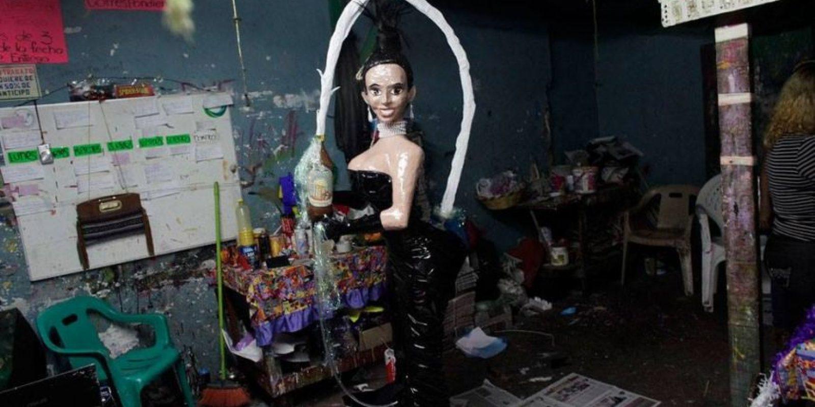 "Kim Kardashian en la revista ""Paper"" Foto:vía facebook.com/pinateria.ramirez"