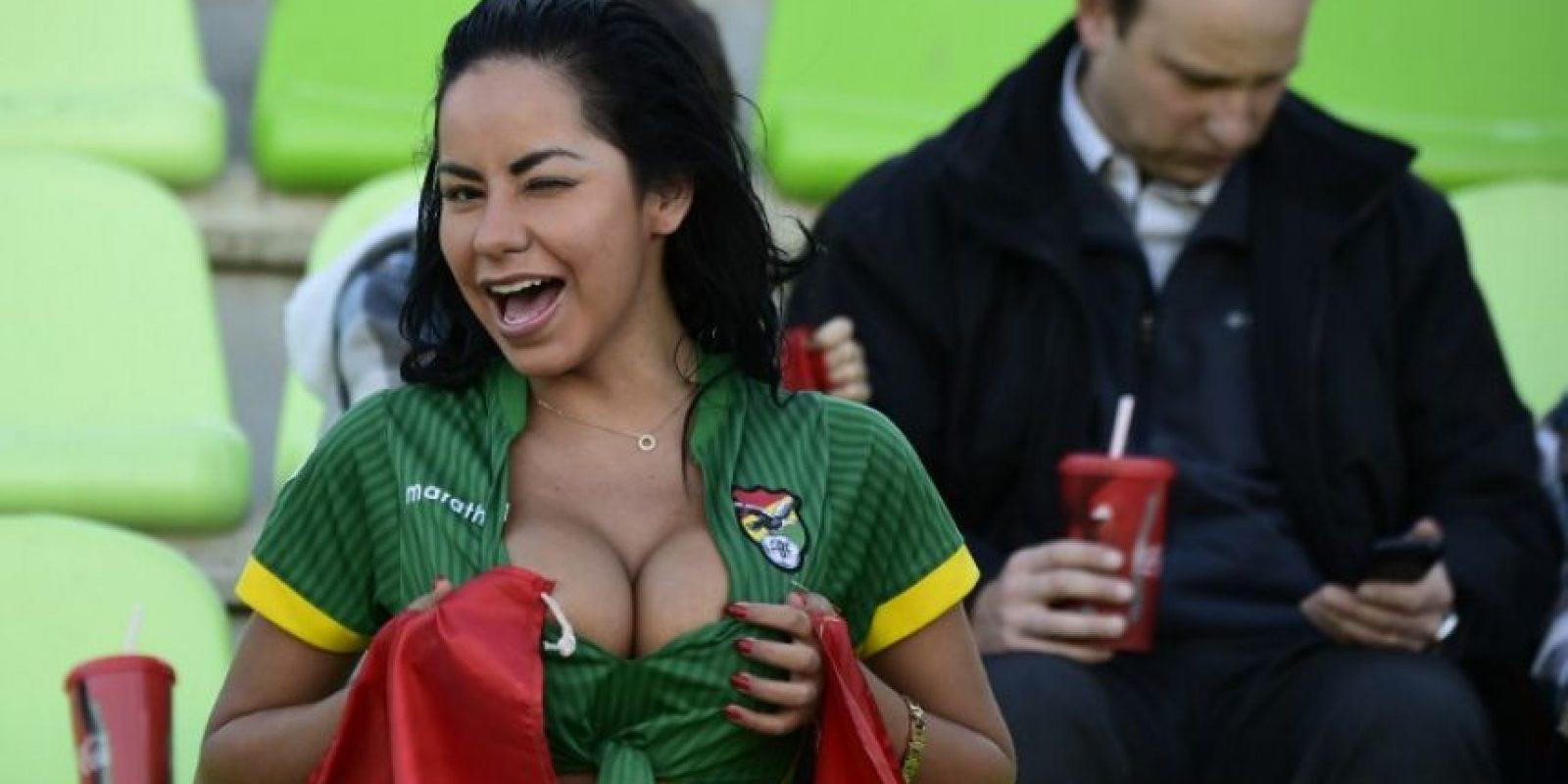 La chica boliviana que ha robado suspiros en las tribunas Foto:AFP