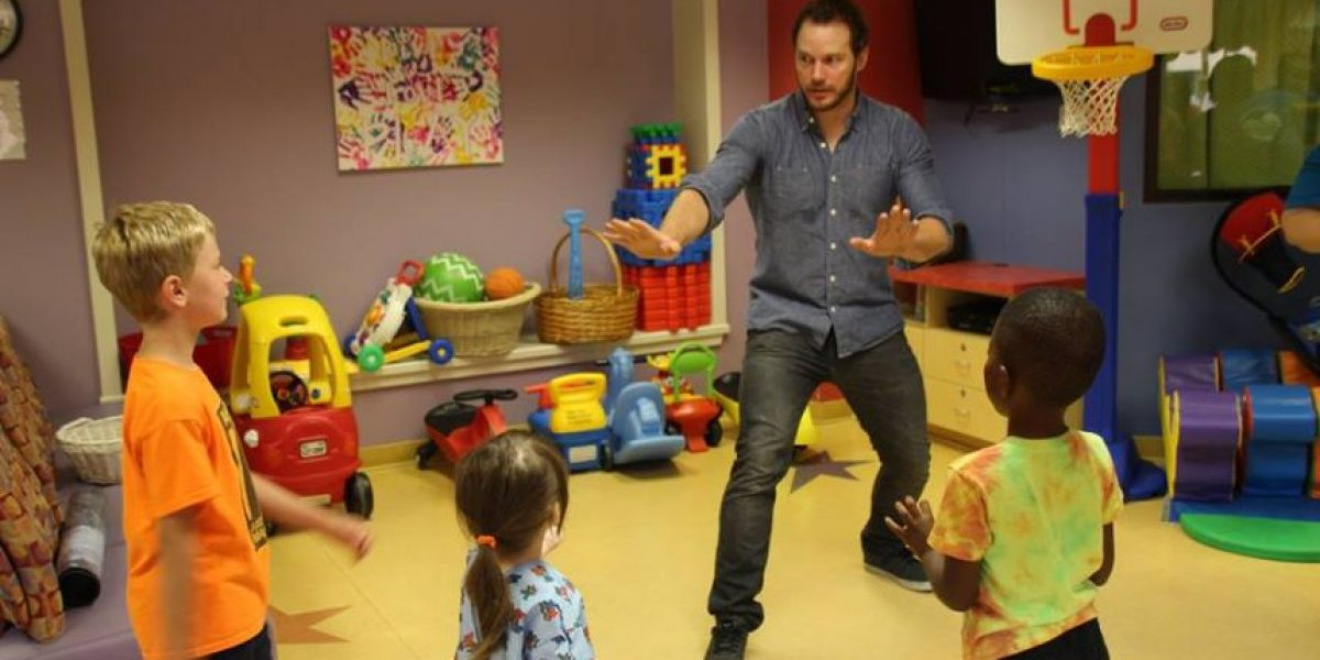 Chris Pratt revivió su escena de los velociraptores con un grupo de niños