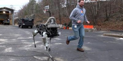 Fue desarrollado por la empresa Boston Dynamics, la cual fue adquirida por Google en 2013, que a su vez es contratista del Departamento de Defensa de Estados Unidos. Puede ser autónomo o semi autónomo. Pesa 72 kilogramos y su versión militar ya ha sido usada en entrenamientos de marines, en Hawai. Foto:twitter.com/3MillionDogs
