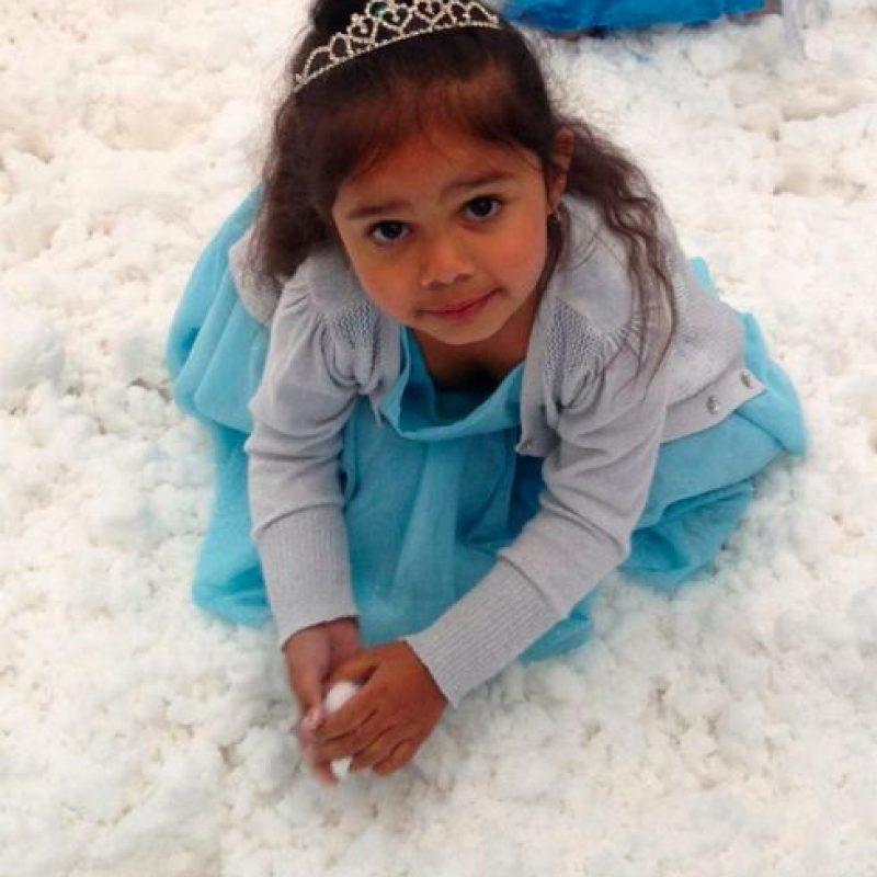 Pero algo terrible le pasó: en un centro comercial de Melbourne, iba muy feliz con su disfraz de Elsa. Estaba esperando con su mamá para jugar con nieve artificial, hasta que una madre y sus dos hijas las confrontaron. Hasta que una mujer le Foto:vía Facebook/Rachel Muir