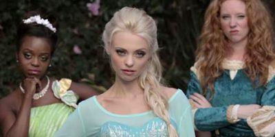 """La Elsa de los """"Rap Battles"""" de la comediante Whitney Avalon, que se enfrenta contra Blancanieveses y le dice """"tu serás una princesa, pero niña, yo soy una REINA"""". Foto:vía Youtube/Whitney Avalon"""
