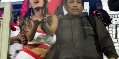 Esta chica peruana también causó sensación en las tribunas Foto:AFP